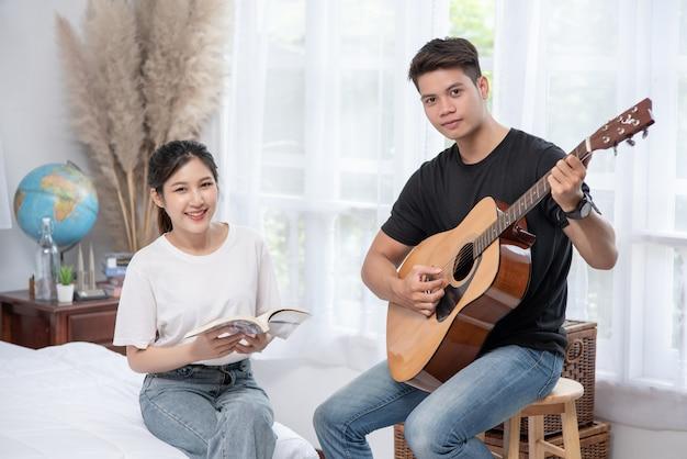 Mannen die gitaar zitten en vrouwen die boeken en het zingen houden.