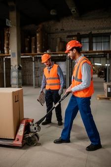 Mannen die met zware voorwerpen werken