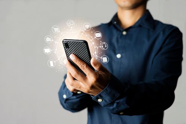 Mannen die online communicatie gebruiken om diensten van internet te kiezen