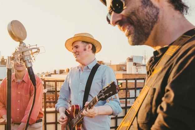 Mannen die op een dak bij zomer presteren