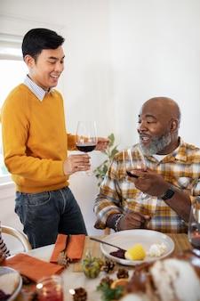Mannen die samen genieten van een wijntje op thanksgiving day