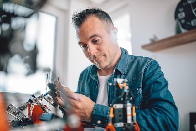 Mannen die werken met elektronische componenten