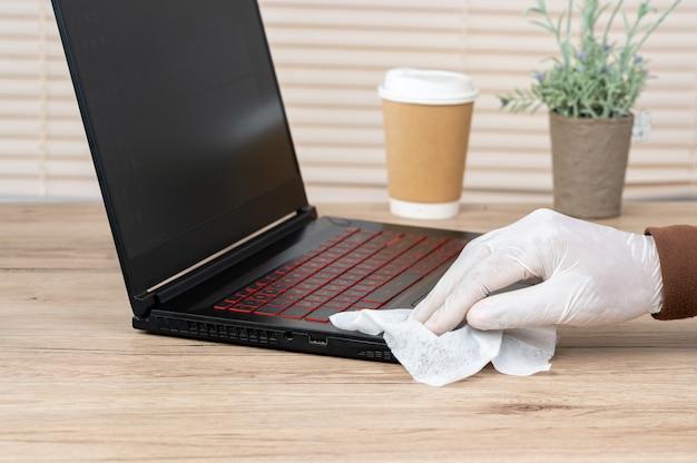Mannen dragen witte handschoenen, gebruiken alcohol en steriliseren hun laptop om virussen te voorkomen.