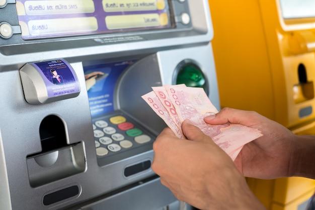 Mannen drukken geld uit het kabinet.