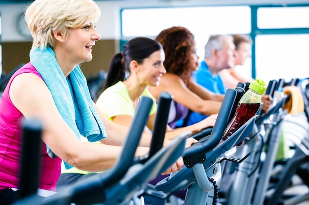 Mannen en vrouwen die fitness spinnen voor sport