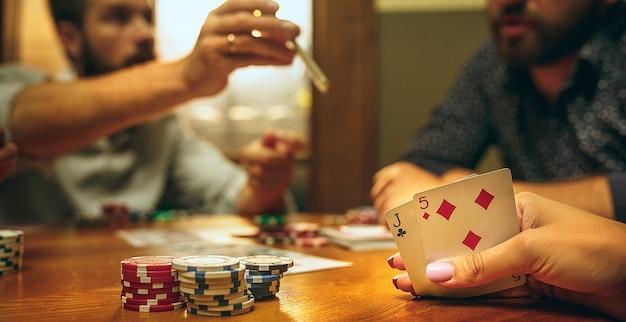 Mannen en vrouwen die kaartspel spelen. poker, avondentertainment en opwinding concept