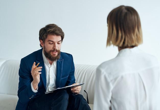 Mannen en vrouwen in pakken van collega's op kantoor communiceren. hoge kwaliteit foto