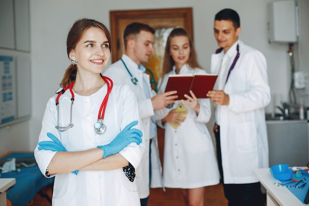 Mannen en vrouwen in ziekenhuisjassen studeren