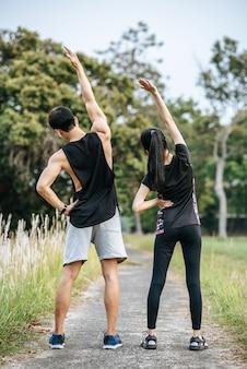 Mannen en vrouwen warmen op voor en na het sporten.
