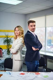 Mannen en vrouwen zakelijke partners poseren