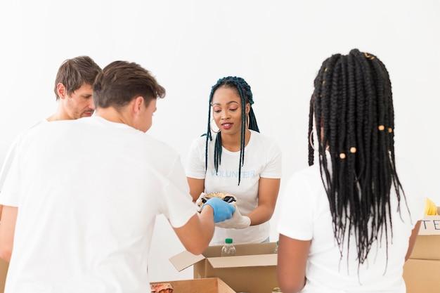 Mannen en vrouwen zorgen voor donaties