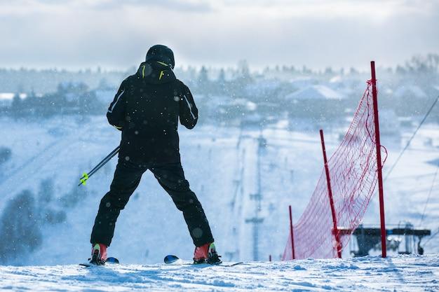 Mannen gaan skiën op sneeuw in de bergen.