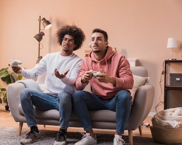 Mannen geconcentreerd om games te spelen