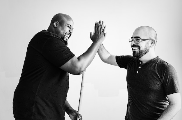 Mannen geven elkaar een high five