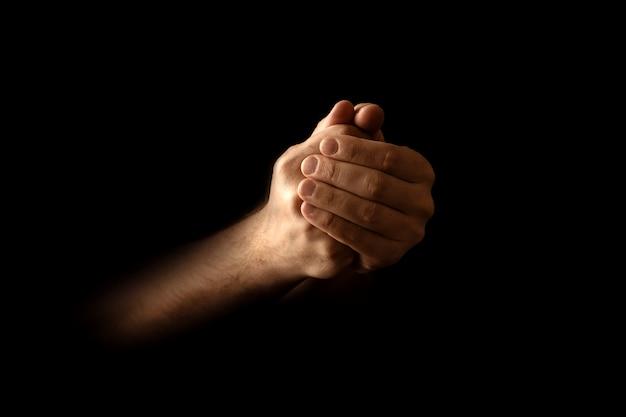 Mannen handen in gebed