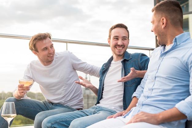 Mannen hebben een gesprek op een feestje