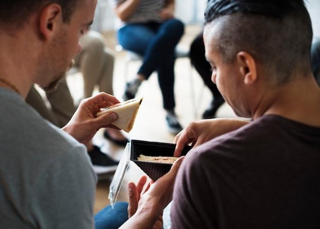 Mannen hebben een snack tijdens een seminar