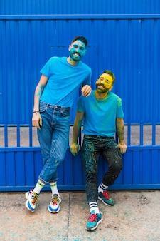 Mannen hebben plezier op holi-festival