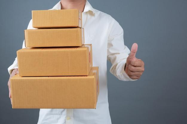 Mannen houden bruine brievenbussen gemaakt gebaren met gebarentaal.