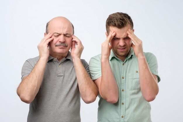 Mannen houden vingers aan tempels last van hoofdpijn