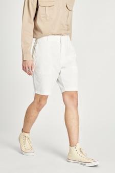 Mannen in beige minimale outfit met lange mouwen