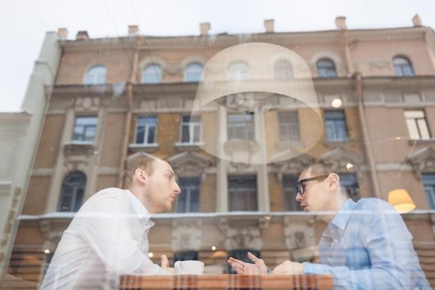 Mannen in café