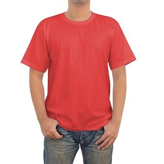 Mannen in een blauwe spijkerbroek en rode t-shirt op witte achtergrond