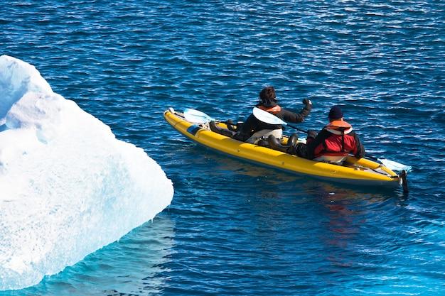Mannen in een kano