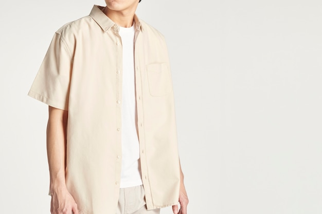Mannen in een minimale outfit van een beige overhemd