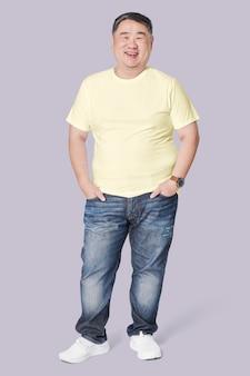 Mannen in geel t-shirt en spijkerbroek plus size fashion full body