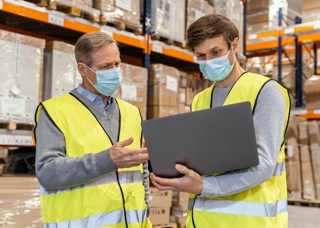 Mannen in het magazijn werken