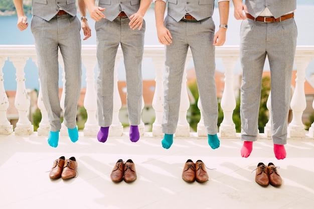 Mannen in kleurrijke sokken grappige sprong