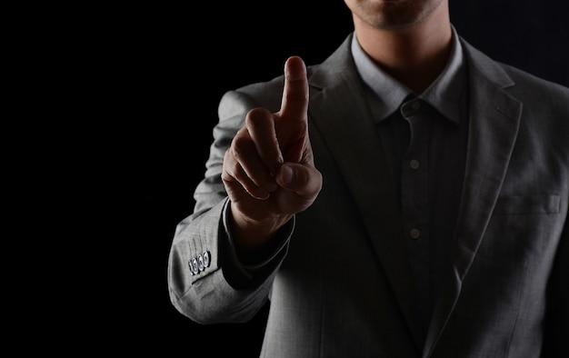 Mannen in pakken in studio's, met hun vingers naar voren kijkend