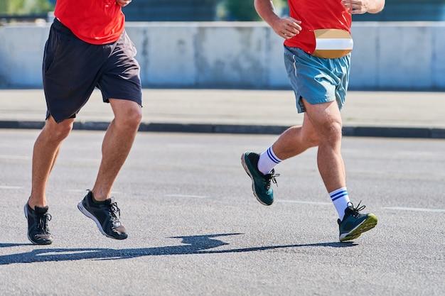 Mannen in sportkleding die op straat rennen
