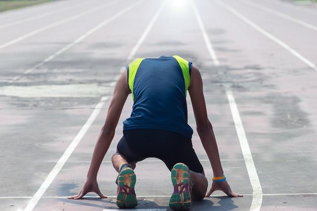Mannen in sportkleding rennen op de renbaan
