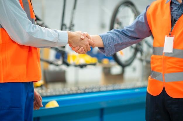 Mannen in veiligheidsuitrusting op het werk