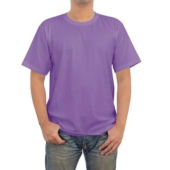 Mannen in violet t-shirt