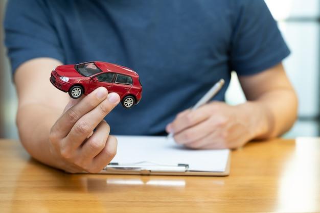 Mannen kiezen ervoor om contracten te kopen en te ondertekenen met een voertuig- en autoverzekering