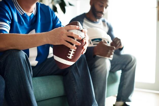Mannen kijken naar amerikaans voetbalwedstrijd