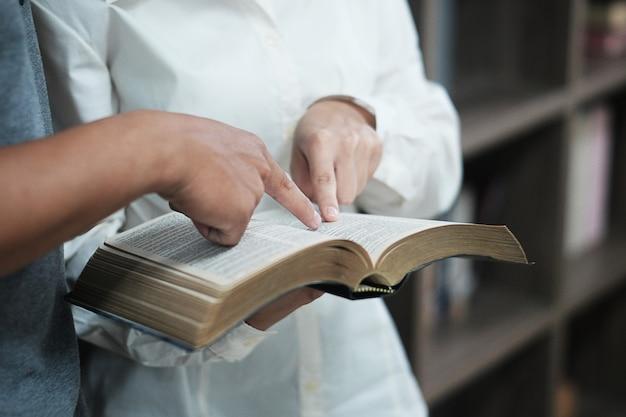 Mannen leren de bijbel.