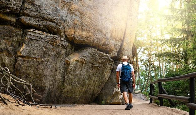 Mannen lopen op bergwandelrugzak