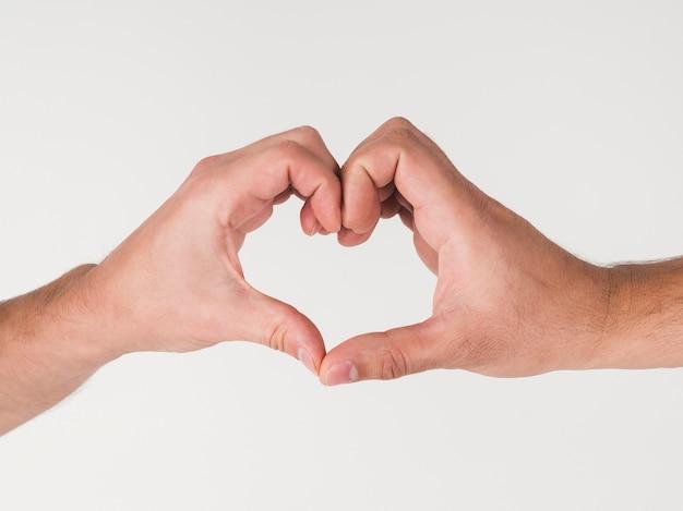 Mannen maken hartsymbool met handen