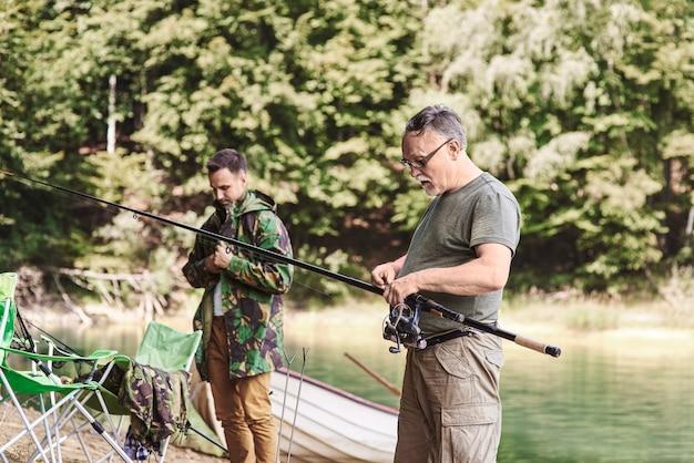 Mannen maken voorbereidingen om te vissen