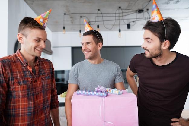Mannen met een geweldig cadeau vieren verjaardag.
