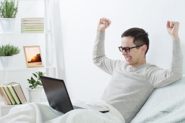 Mannen met laptop thuis
