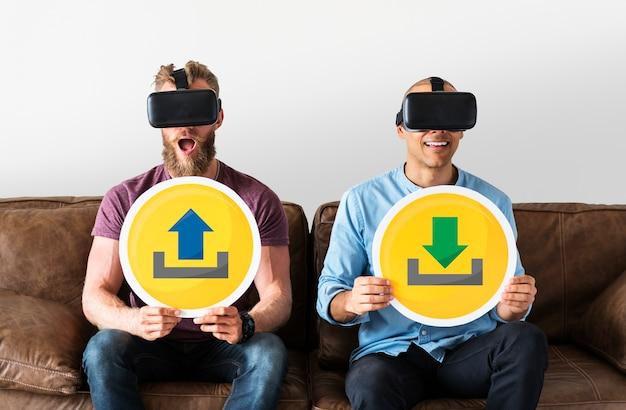 Mannen met vr-bril met technologieborden