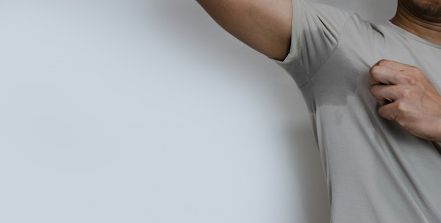 Mannen met zweet oksel en heeft een lichaamsgeur