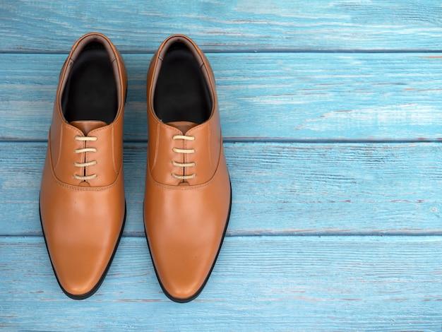 Mannen mode kantoor schoenen op blauw hout
