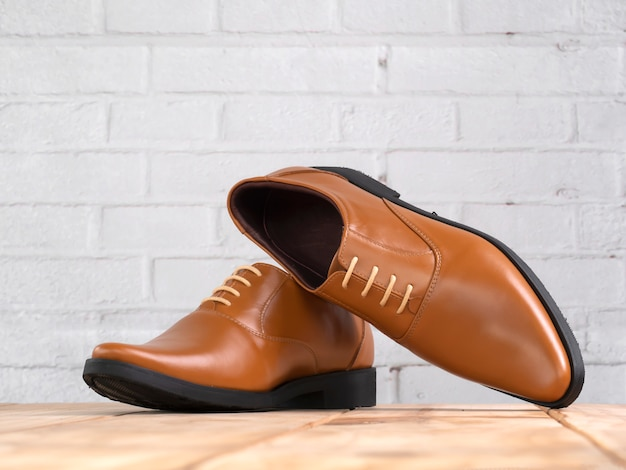 Mannen mode kantoor schoenen op hout.
