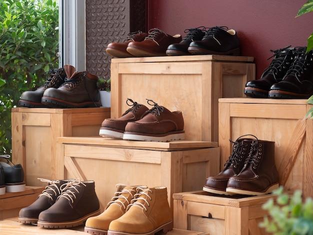 Mannen mode schoenen leer op de houten kist in de schoenenwinkel.